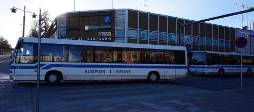 Kuopion torilla busseja